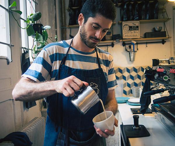 homme-faisant-cafe