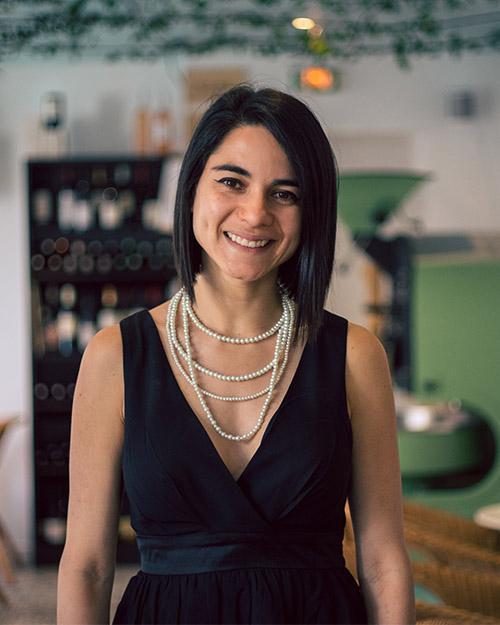 portrait-femme-restaurant-brune